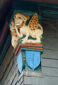 sculpture en bois peint dans les rues de honfleur