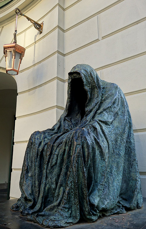 prague statue commendatore manteau conscience cloak