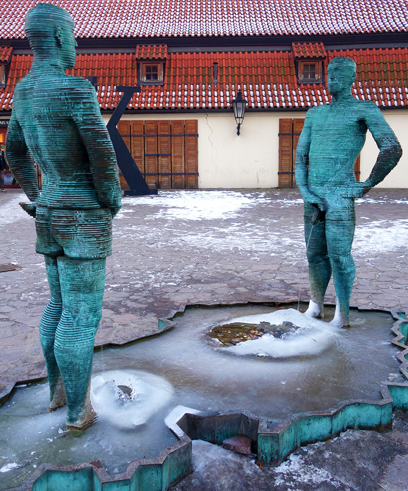 prague cerny piss pipi statue