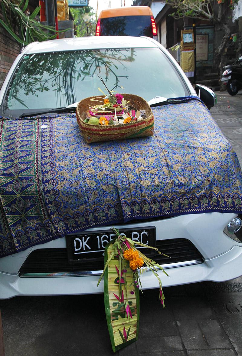 indonesie bali ubud offrande voiture