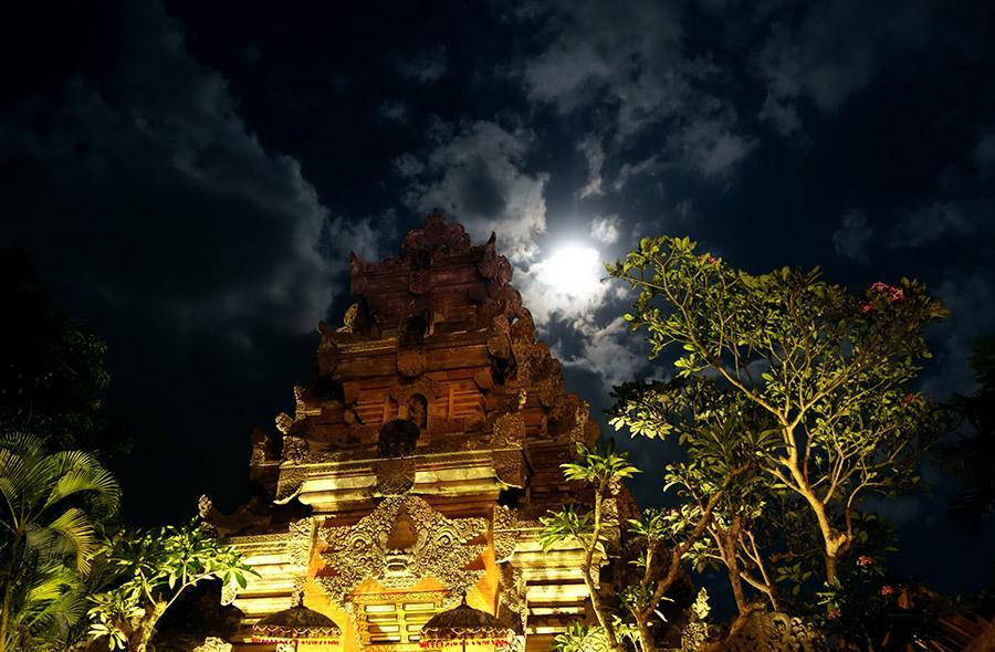 indonesie bali ubud palace puri saren nuit night