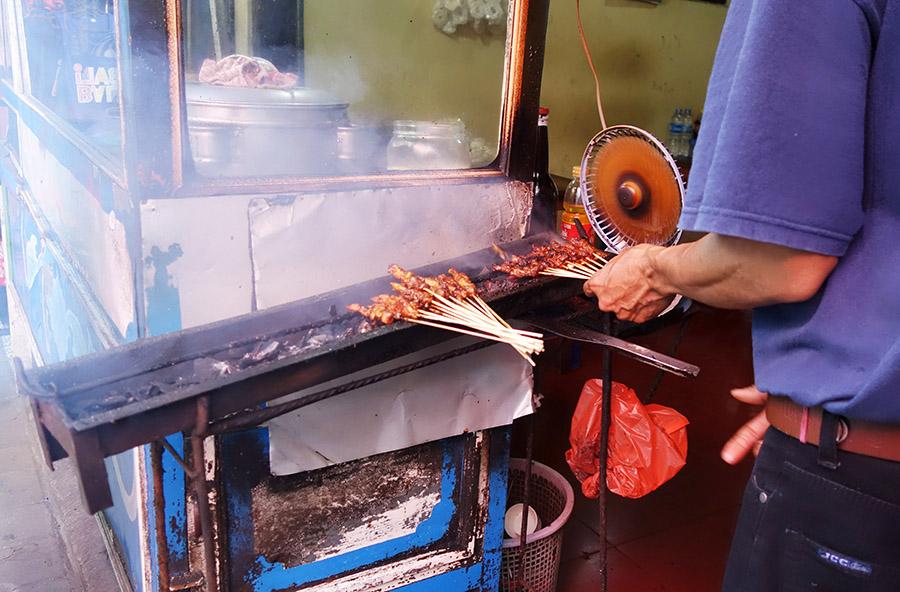 indonesie bali ubud street food brochettes sate