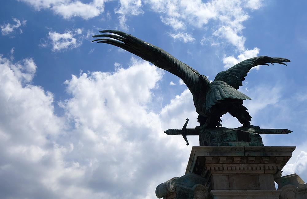 hongrie budapest chateau statue turul
