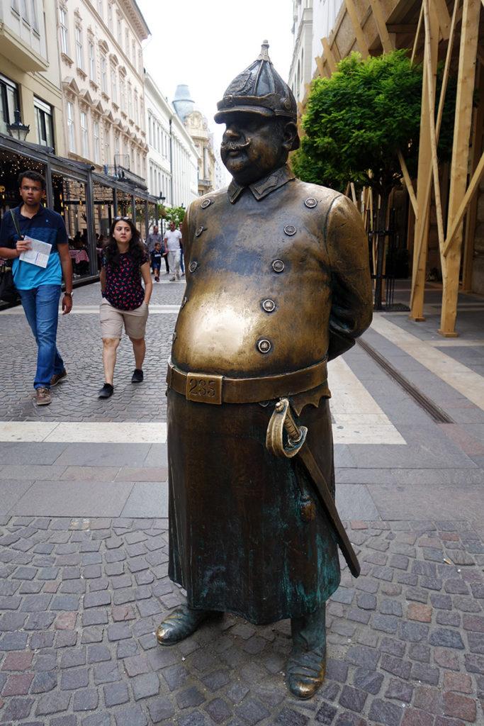 hongrie budapest gros policier statue