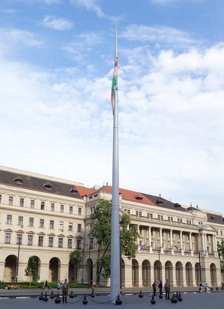 hongrie budapest parlement drapeau