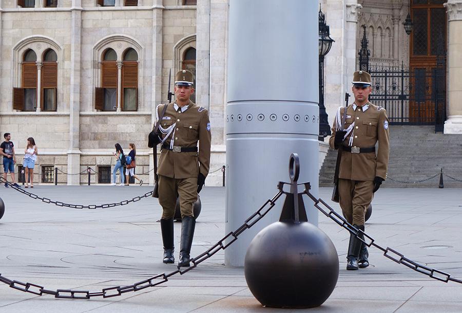 hongrie budapest parlement drapeau soldats gardes