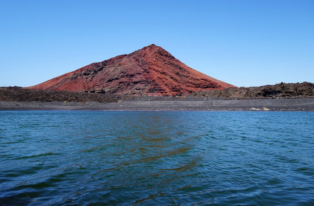 canaries lanzarote playa montana bermeja plage sable noir volcan