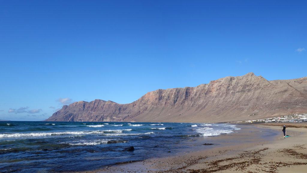 canaries lanzarote caleta plage beach risco falaises